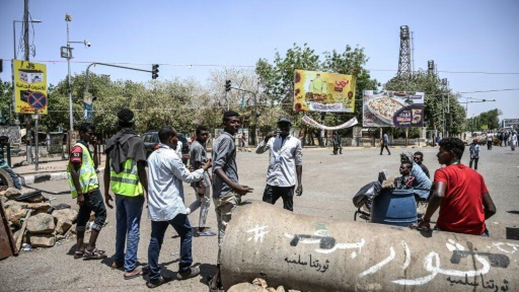 نقطة تفتيش للمتظاهرين أمام المقر العام للجيش في الخرطوم في 21 أبريل/نيسان 2019