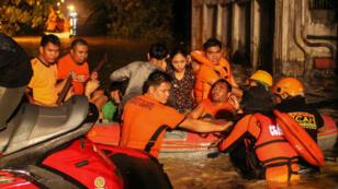 مسعفون يخلون سكانا حاصرتهم مياه الفيضانات في جزيرة مينداناو، جنوب الفلبين في 23 ديسمبر 2017.