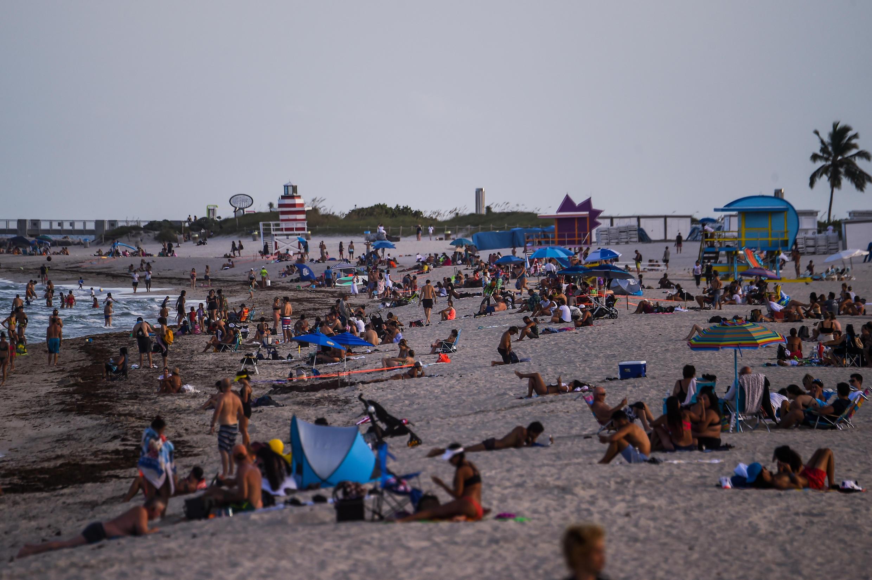 Las personas departen en Miami, Florida, uno de los estados más golpeados por la pandemia en Estados Unidos.