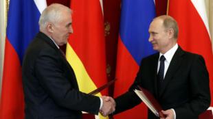 Vladimir Poutine (à droite) et Leonid Tibilov le 18 mars au Kremlin à Moscou