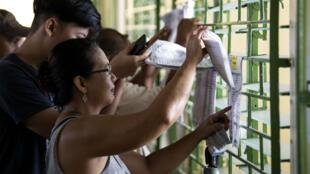 Des électeurs arrivent au bureau de vote, à Manille, le 13 mai 2019.