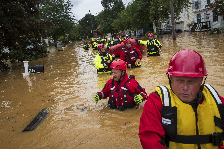 Bomberos voluntarios en misión de rescate en Helmetta, Nueva Jersey, el 22 de agosto de 2021 tras el embate de la tormenta tropical Henri