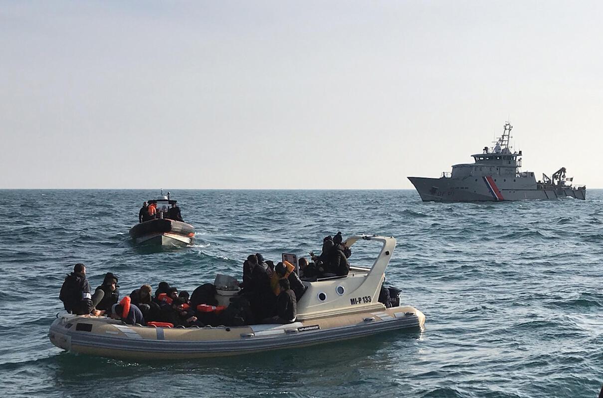 Une image distribuée par la Société nationale de sauvetage en mer (SNSM), le 18 février 2019, montre des sauveteurs britanniques aidant une vingtaine de migrants sur un bateau qui cherchaient à traverser la Manche depuis la France.