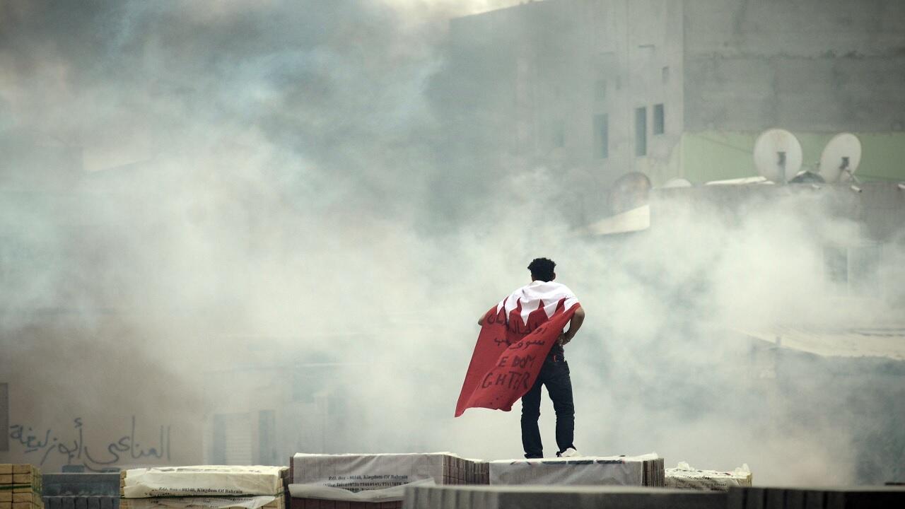 متظاهر بحريني يرتدي علم بلاده أثناء احتجاج على الأطراف الجنوبية لمدينة المنامة، 31 مارس/آذار 2012