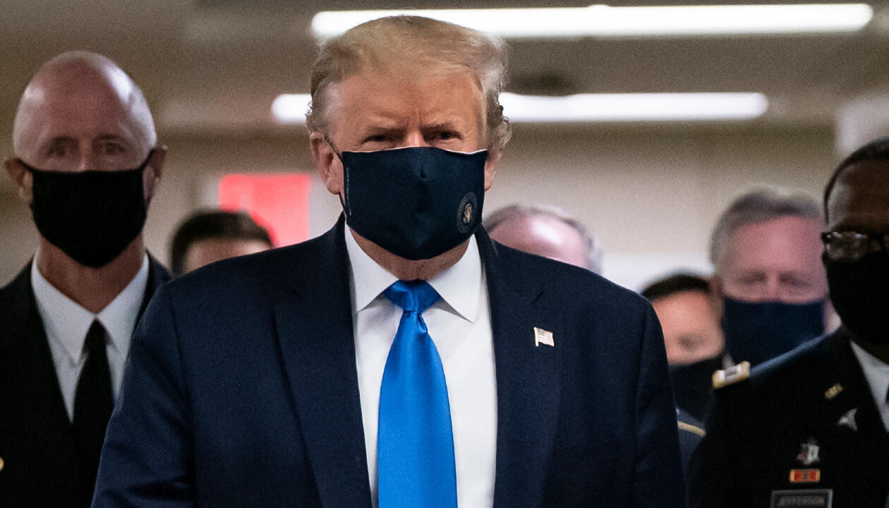 US President Donald Trump wears a mask as he visits Walter Reed National Military Medical Center in Bethesda, Maryland on July 11, 2020.