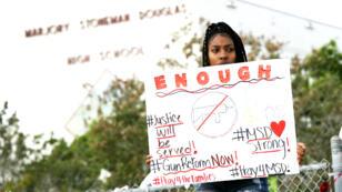 Une manifestante anti-armes photographiée devant le lycée de Parkland, où 17 personnes ont été tuées.