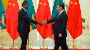 El presidente de Zambia, Edgar Lungu, y el presidente de China, Xi Jinping, momentos antes de su encuentro bilateral privado en Beijing, el 2 de septiembre de 2018.