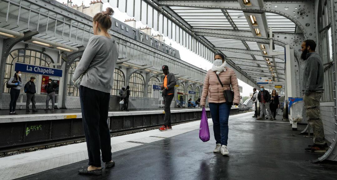 La gente mantiene el distanciamiento social mientras esperan el tren en la estación de metro La Chapelle, el 24 de abril de 2020.