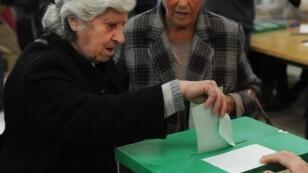 امرأة تدلي بصوتها في الانتخابات المحلية في أشبيلية في 22 آذار/مارس 2015