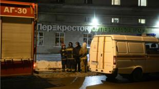 Des pompiers devant le supermarché frappé par un attentat le 27 décembre 2017, à Saint-Pétersbourg.