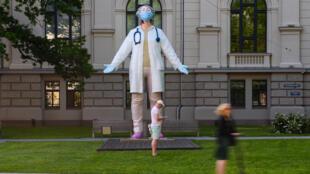 Une sculpture masquée et gantée à Riga, en Lettonie, le 17 juin 2020.