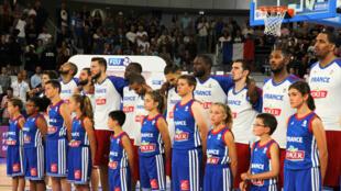 L'équipe de France de basket avant la rencontre contre l'Ukraine, le 14 août 2015, à Nantes.
