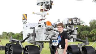 اليكس ماتر (13 عاما) الذي اقترح اسم برسفيرنس على الناسا يقف إلى جانب مجسم بالحجم الطبيعي للمسبار في 28 تموز/يوليو 2020 في كاب كانافيرال في ولاية فلوريدا الأميركية