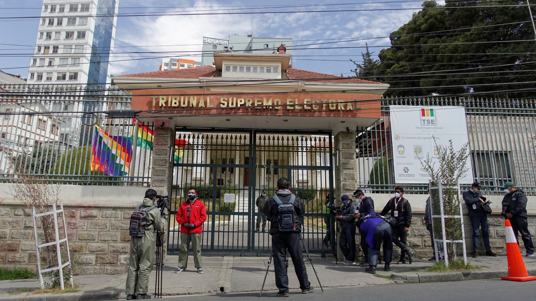 Los periodistas esperan afuera del edificio de la Corte Suprema Electoral para una conferencia de prensa en medio del brote de la enfermedad por coronavirus, en La Paz, Bolivia, el 23 de julio de 2020.