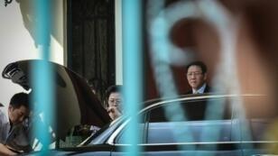 سفير كوريا الشمالية كانغ تشول (يمين) يغادر سفارة بلاده في كوالالمبور في 6 آذار/مارس 2017
