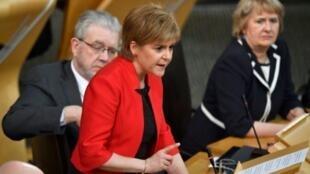 رئيسة حكومة إسكتلندا نيكولا ستورجن في البرلمان الإسكتلندي في 21 آذار/مارس 2017