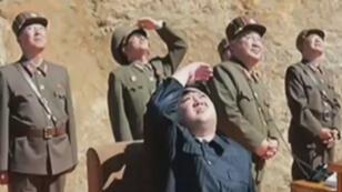 Le dirigeant nord-coréen Kim Jong-un scrute le ciel après le lancement d'un missile balistique intercontinental qu'il a lui-même supervisé, dans la nuit du 3 au 4 juillet.