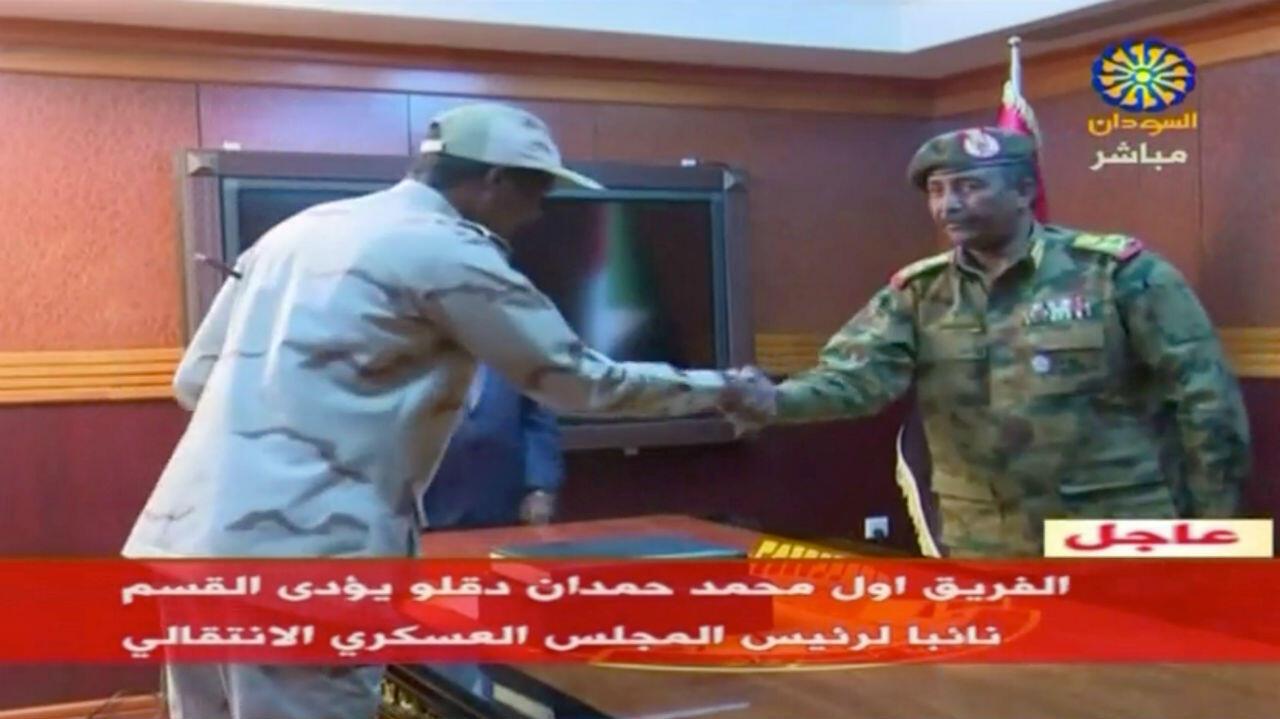 El general Abdelfatah Al-Burhan prestando juramento como nuevo líder del Consejo Militar Transitorio en Jartum, Sudán. 13 de abril de 2019.