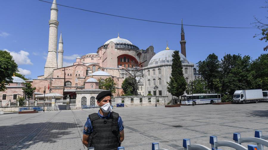 شرطي تركي يضع كمامة أمام آيا صوفيا في إسطنبول في 11 تموز/يوليو 2020