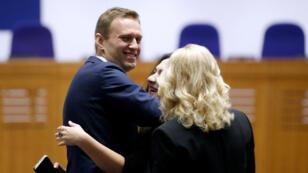 Alexei Navalny (izquierda), celebró junto a su equipo de abogados la decisión del Tribunal Europeo de Derechos Humanos.