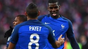 لاعبا منتخب فرنسا بول بوغبا وديمتري باييت يحتفلان بهدف فرنسا الأول