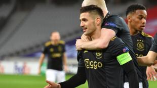 La joie de l'attaquant de l'Ajax Amsterdam, le Serbe Dusan Tadic, après avoir égalisé (1-1) contre Lille,  lors de leur 16e de finale aller de la Ligue Europa, le 18 février 2021 à Villeneuve-d'Ascq