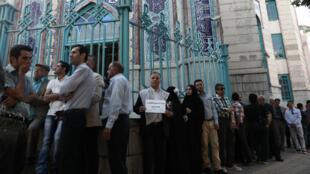 Une file d'attente à l'extérieur d'un bureau de vote à Téhéran, le 19 mai 2017.
