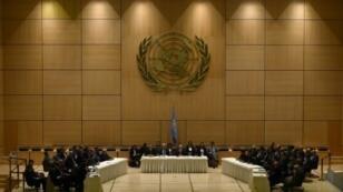 الموفد الدولي ستافان دي ميستورا (وسط) يرحب بالأطراف السوريين في محادثات جنيف الخميس 23 شباط/فبراير 2017