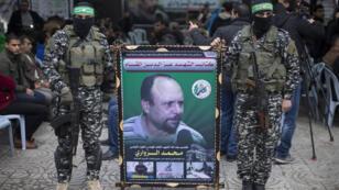 Des membres des brigades Ezzedine al-Qassam avec le portrait de Mohamed Zaouari, le 18 décembre 2016 à Gaza.