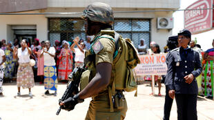 Fuerzas de seguridad acompañan al presidente Paul Biya a su puesto de votación en Yaundé, en medio de las elecciones presidenciales en las que aspira a reelegirse, el 7 de octubre de 2018.