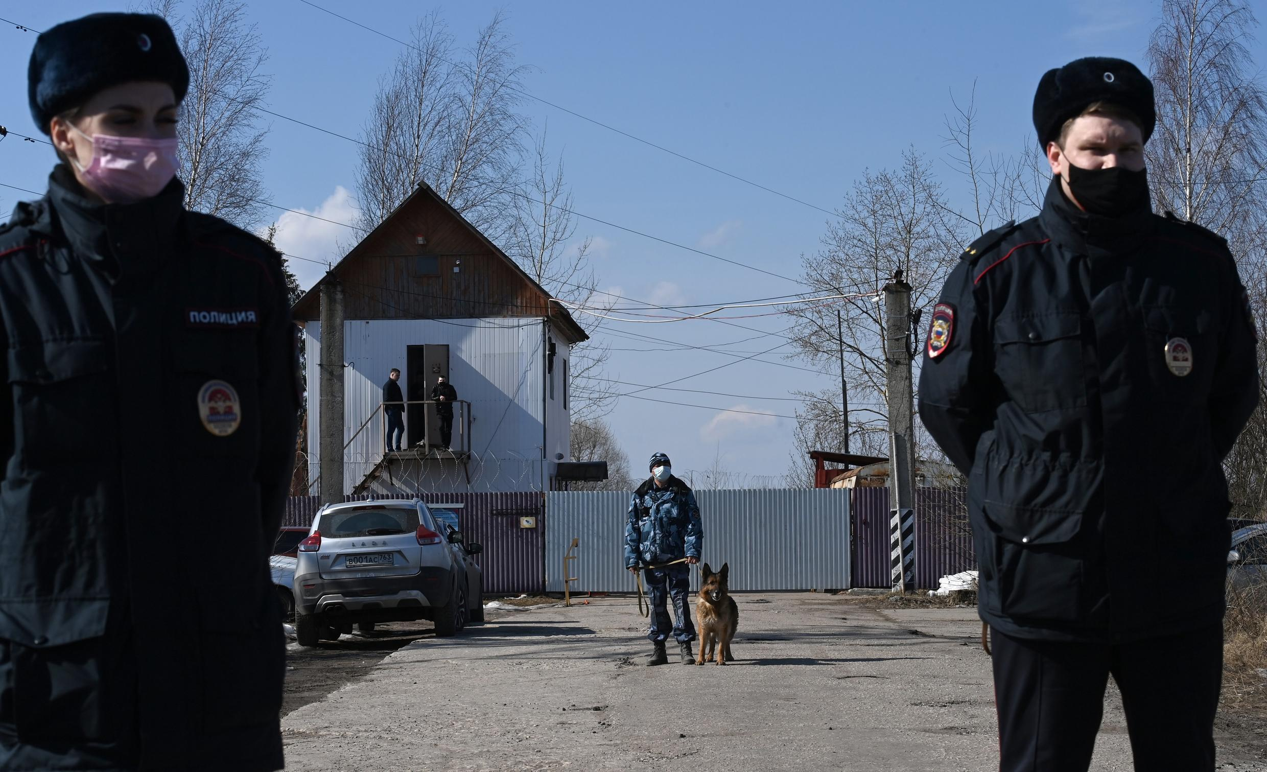Security agents in front of the penal colony where Alexéi Navalny is imprisoned in Russia.  File.