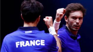 Los franceses Pierre-Hugues Herbert y Nicolas Mahut durante el partido de dobles contra Croacia. 24 de noviembre de 2018.