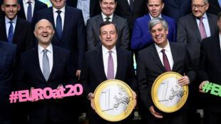 Au premier plan, le commissaire européen aux Affaires économiques et financières Pierre Moscovici, le président de la Banque centrale européenne Mario Draghi et le président de l'Eurogroupe Mario Centeno, le 3 décembre 2018, à Bruxelles.