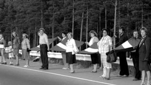 Gente participando en la Cadena Báltica en Riga, Letonia. 23 de agosto de 1989.