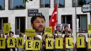 ناشطون في منظمة العفو الدولية يتظاهرون دعما لتانر كيليتش أمام سفارة تركيا في برلين 15 يونيو 2017