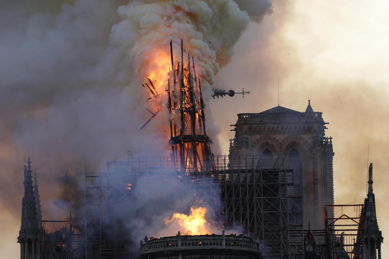 La flèche de Notre-Dame, en flammes, s'effondre pendant un terrible incendie qui a ravagé la cathédrale, le 15 avril 2019 à Paris.