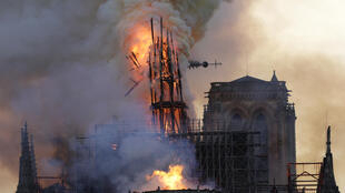 La flèche de Notre-Dame, en flammes, s'effondre pendant un terrible incendie qui a ravagé la cathédrale, le 15 avril 2029 à Paris