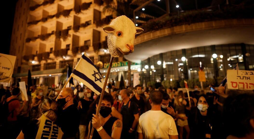 Miles de israelíes salieron a protestar, pese al nuevo confinamiento, contra el primer ministro Benjamin Netanyahu por su presunta responsabilidad en casos de corrupción, y contra las nuevas medidas de aislamiento impuestas por los rebrotes de Covid-19. En Jerusalén, el 20 de septiembre de 2020.