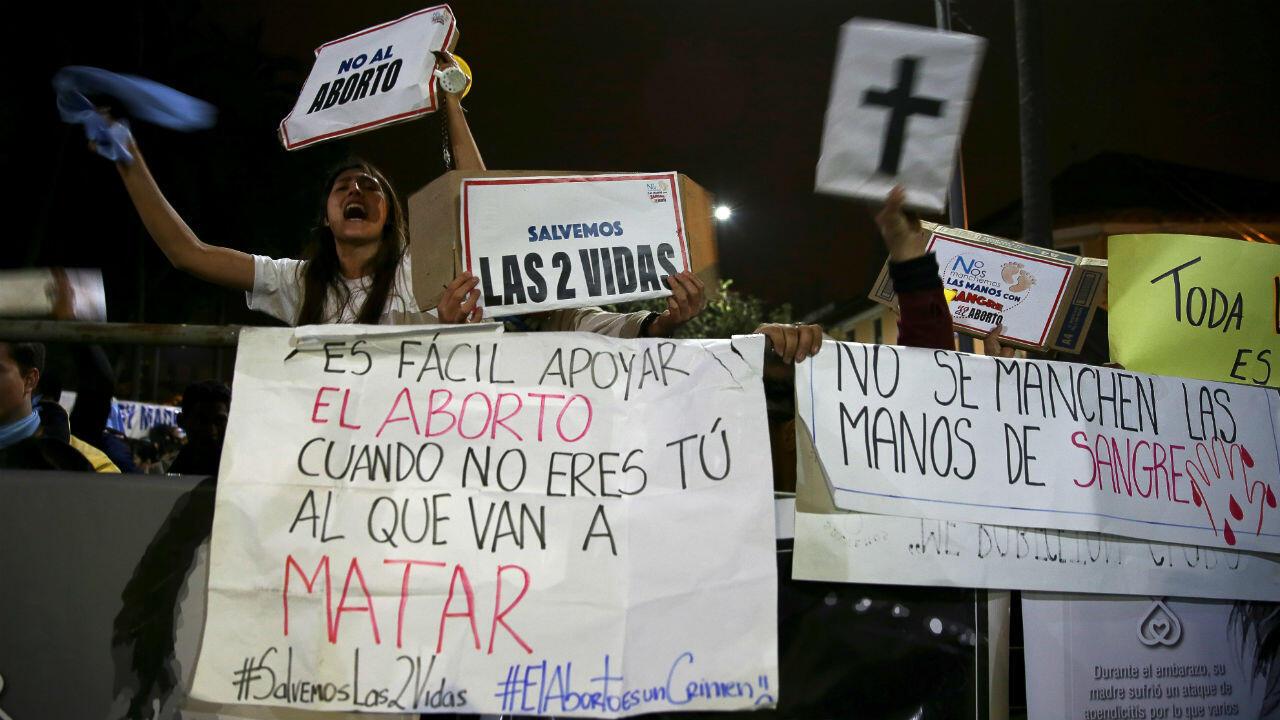 Manifestantes celebraron la negativa a la despenalización del aborto para víctimas de violación en Quito (Ecuador).