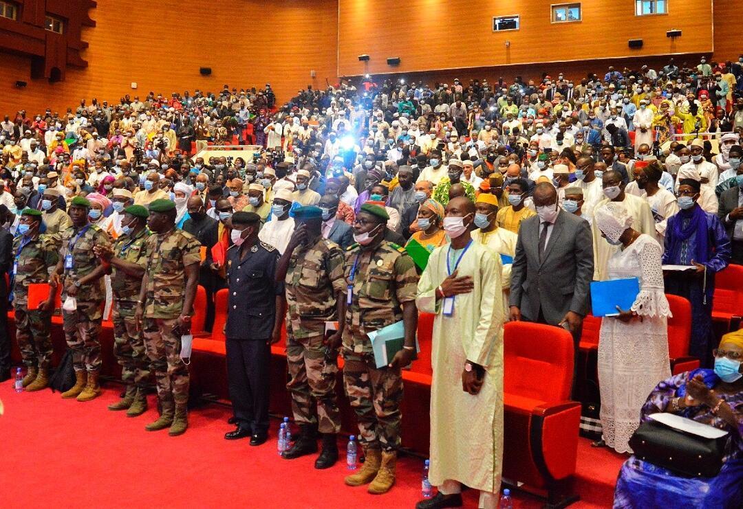 Los delegados asisten a la apertura de las consultas nacionales en Mali sobre la gestión de la transición en Bamako el 5 de septiembre de 2020.