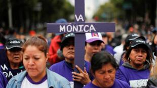 """Una cruz con el nombre de una mujer que desapareció o fue asesinada durante la marcha """"Día de las Mujeres Muertas"""" en contra los feminicidios y la violencia contra las mujeres, en Ciudad de México, México, el 3 de noviembre de 2019."""