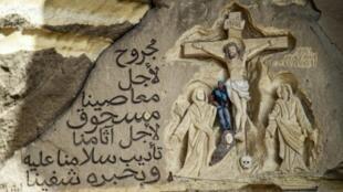 Mariusz Dybich, dit Mario, 51 ans, qui a passé plus de deux décennies à sculpter des scènes bibliques dans et autour des sept grottes du monastère copte orthodoxe Saint-Simon, en périphérie du Caire, le 30 mai 2019.