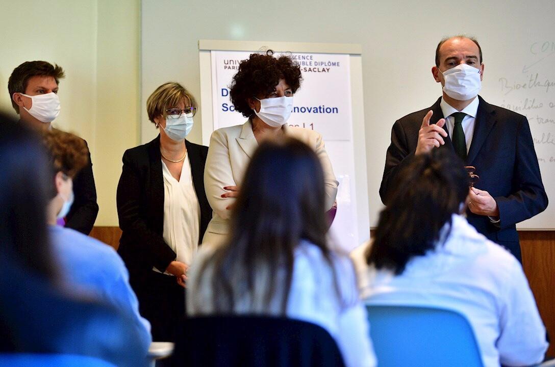 El primer ministro francés Jean Castex (derecha) con una mascarilla protectora junto al ministro francés de Educación Superior, Investigación e Innovación, Frederique Vidal (centro), durante una visita a la Universidad Paris-Saclay en Saclay., cerca de París, Francia, el 7 de septiembre de 2020.