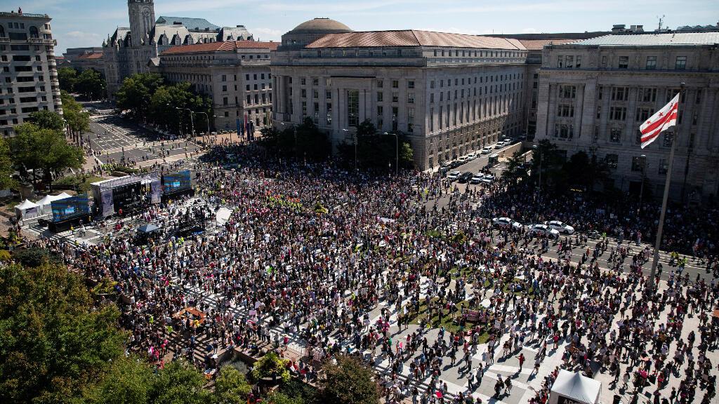 """Los partidarios de la libertad de elección reproductiva se concentraron en la Plaza de la Libertad antes de marchar hacia el Tribunal Supremo de Estados Unidos durante la """"Marcha de las Mujeres""""."""