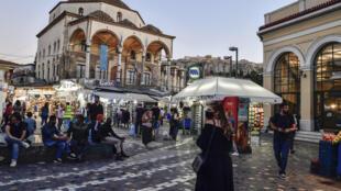 """Des kiosques, connus sous le nom de """"peripteros"""" dans une rue d'Athènes, le 9 octobre 2020"""