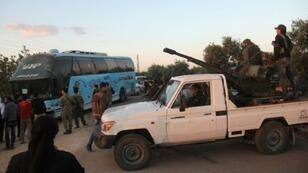 مقاتلون في صفوف المعارضة السورية في معرة النعمان في شمال إدلب في 22 أيار/مايو 2017