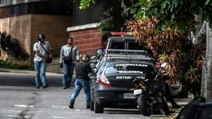 Des membres du Service de renseignement vénézuelien devant le domicile de Luisa Ortega, le 16 août 2017.