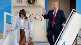 El presidente de Estados Unidos, Donald Trump, y la primera dama Melania Trump saludan cuando llegan al aeropuerto de Helsinki-Vantaa en Vantaa, Finlandia, el 15 de julio de 2018.