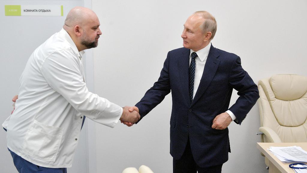 Momento en el que el presidente ruso, Vladimir Putin, saluda al médico contagiado por el coronavirus el pasado martes.