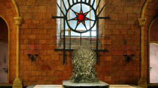 El Trono de Hierro es exhibido en el set de televisión de Titanic Quarter en Belfast, Reino Unido, el 24 de junio de 2014.
